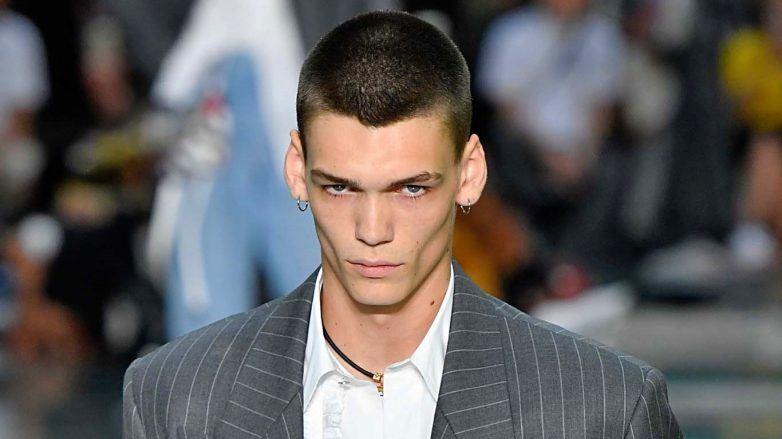 Modelo corte de cabello tipo militar para hombre en Versace SS 2019