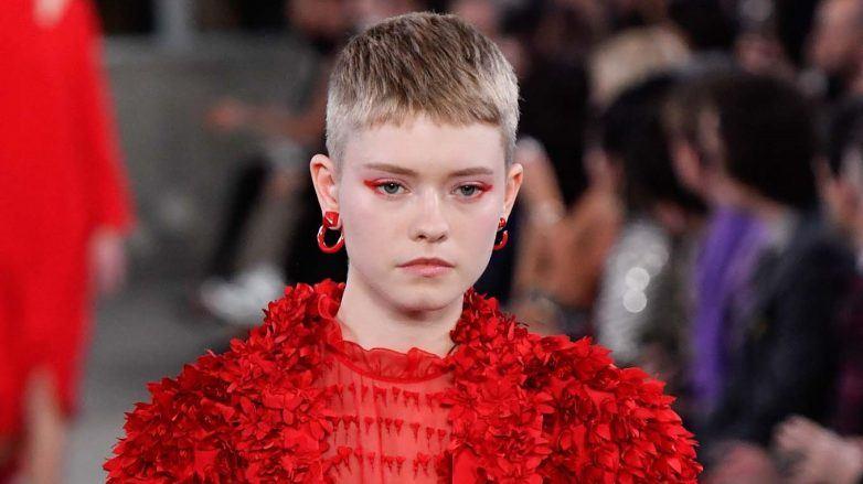 Modelo con cabello rubio cenizo claro