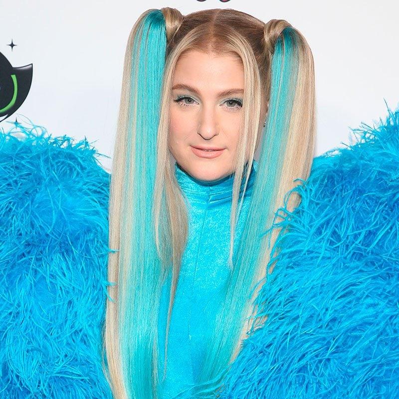 Meghan Trainor con el cabello turquesa largo en dos coletas