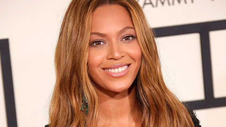 Beyonce con rayitos caramelo en el cabello para morenas