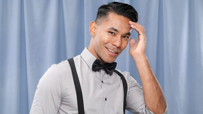 Hombre con corte de cabello undercut