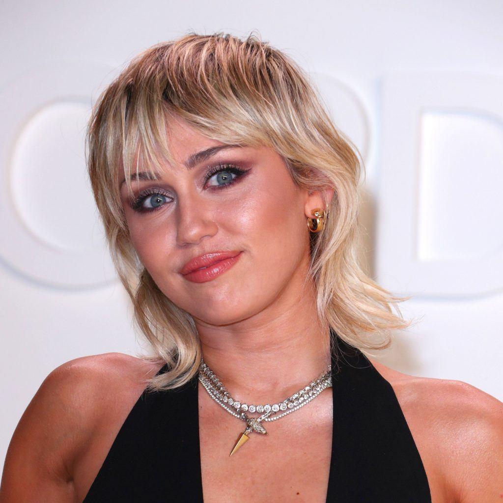 Miley Cyrus con corte de cabello moderno para mujer estilo wolf cut