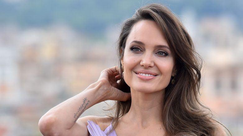 Angelina Jolie luce el cabello castaño con pocas canas