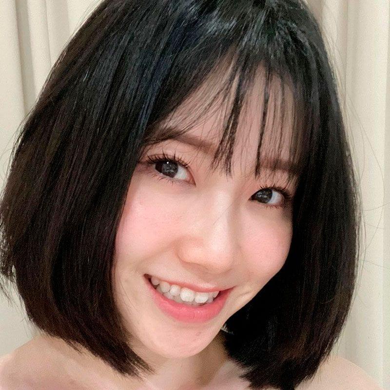 Mujer con fleco coreano y corte bob lacio