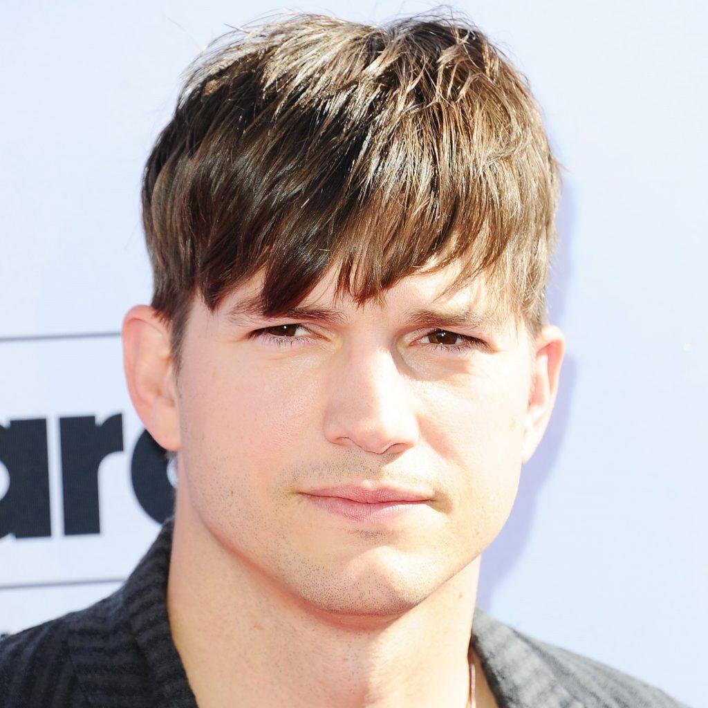 Ashton Kutcher lleva un clásico peinado de los 90s con flequillo