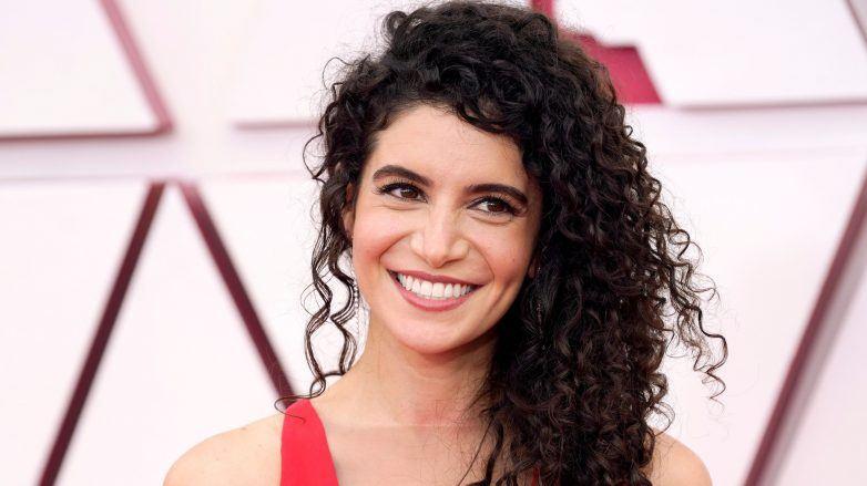 Nina Pedrad con el cabello rizado y negro