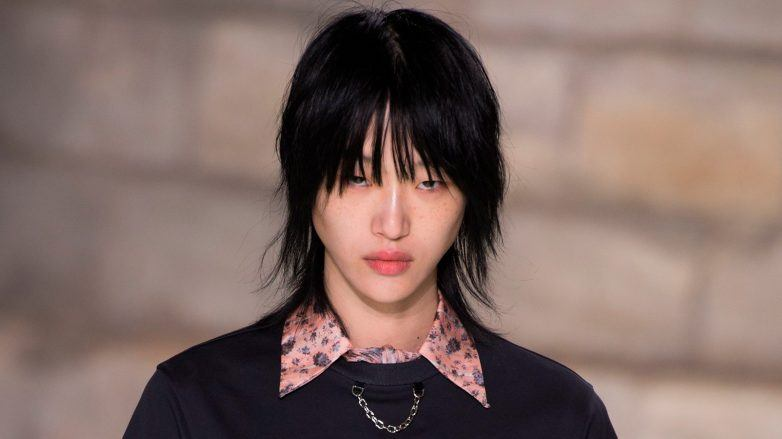 Sora Choi en la pasarela de Louis Vuitton 2018 luciendo un wolf cut