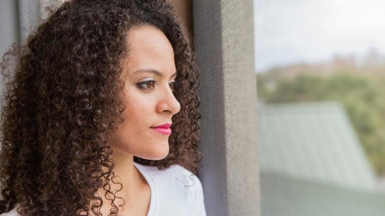 produtos para diminuir o volume dos cabelos crespos: modelo com cabelo crespo