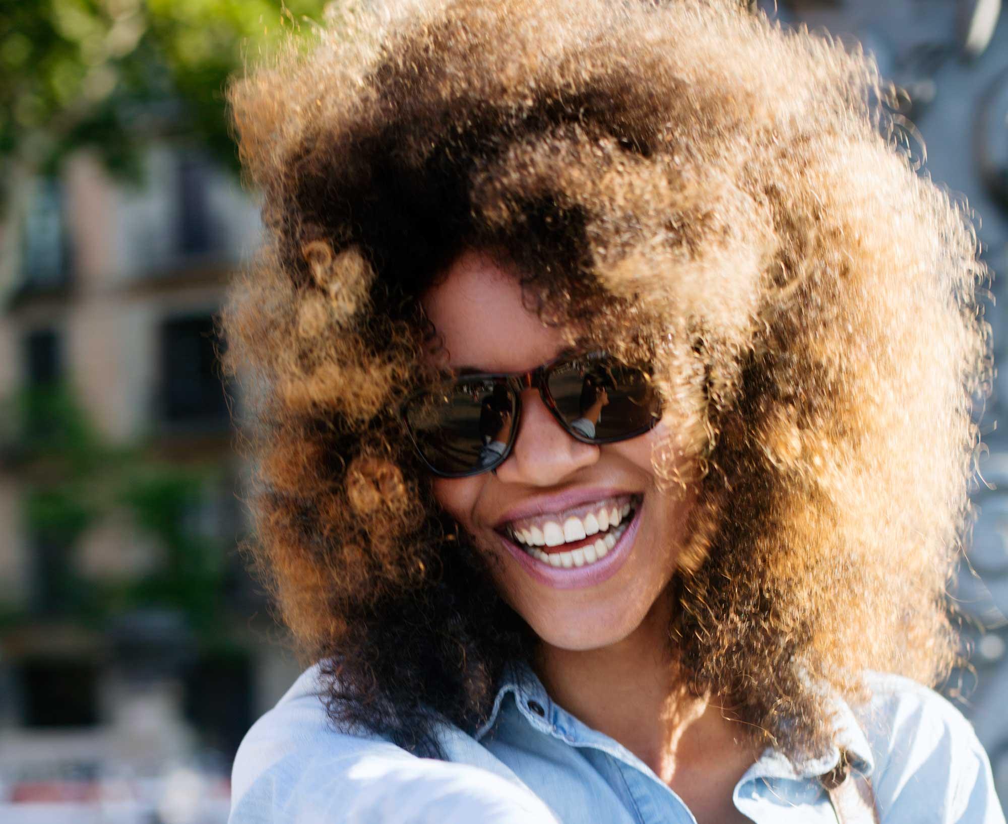 antes de tingir: modelo com cabelo crespo tingido