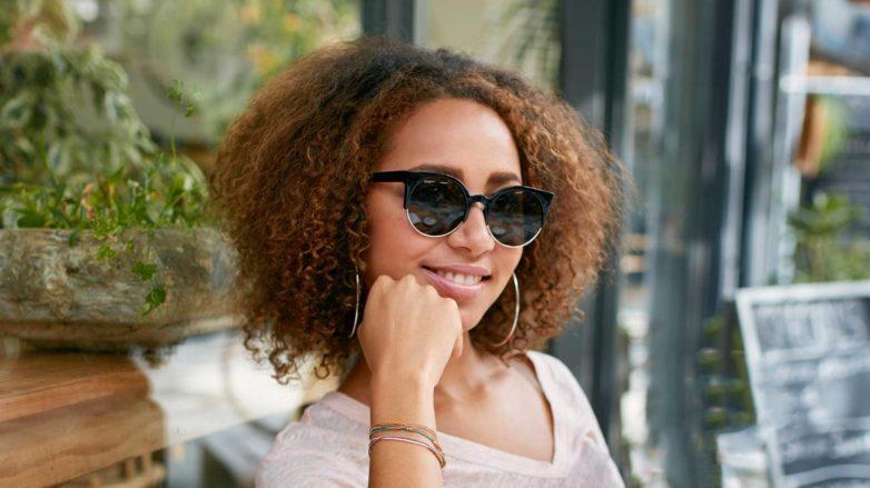 modelo com cabelo crespo e óculo: Falta de água no organismo