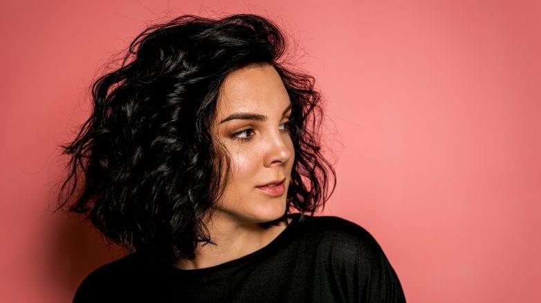 mulher com cabelos pintados de preto
