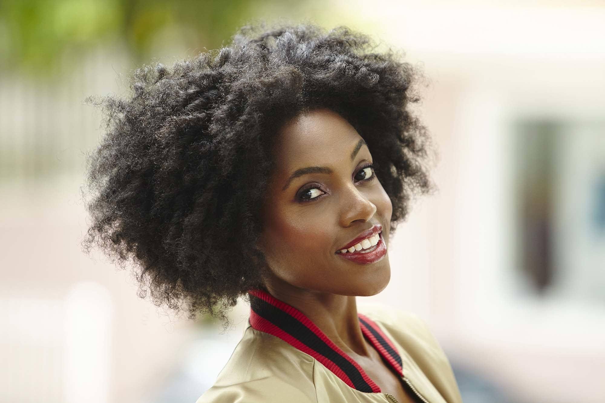 cabelo afro curto com volume