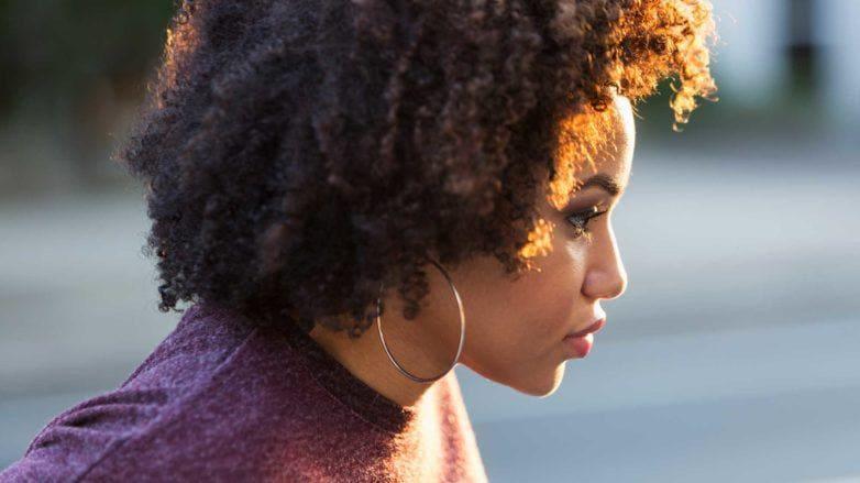 desembaraçar os fios: modelo com cabelo crespo curto
