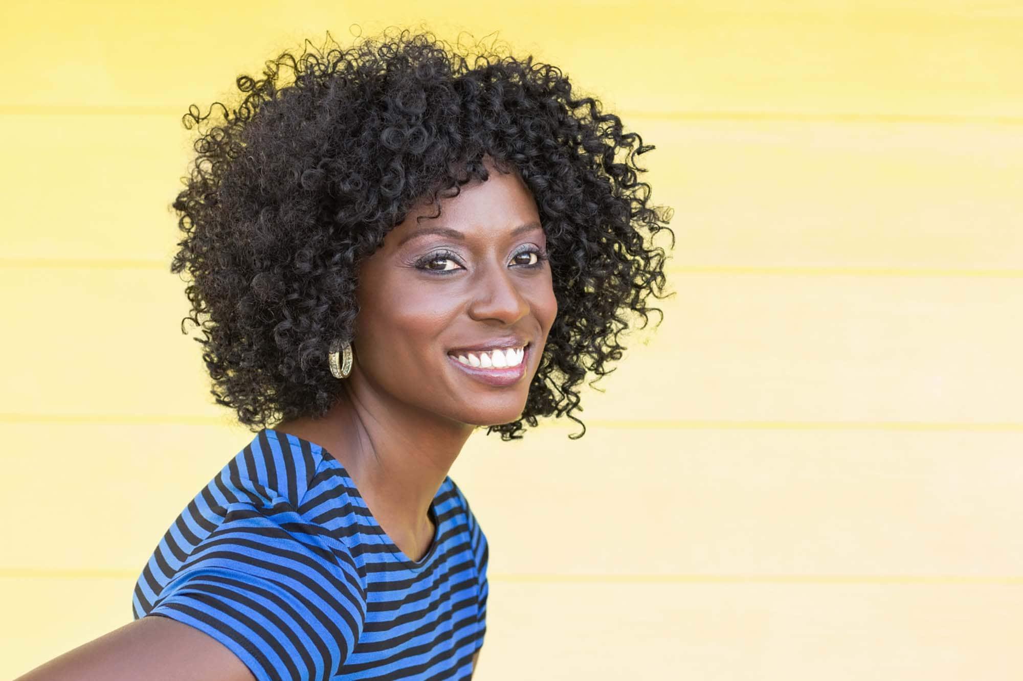 mulher modelo com modelos de cabelos curtos crespos