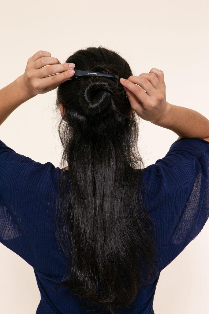Modelo com os cabelos presos