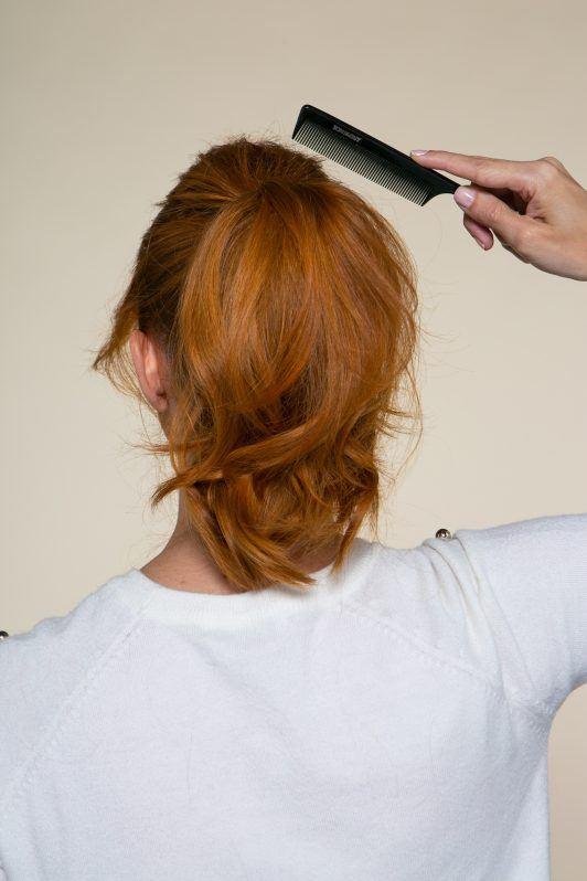 Modelo penteando o cabelo