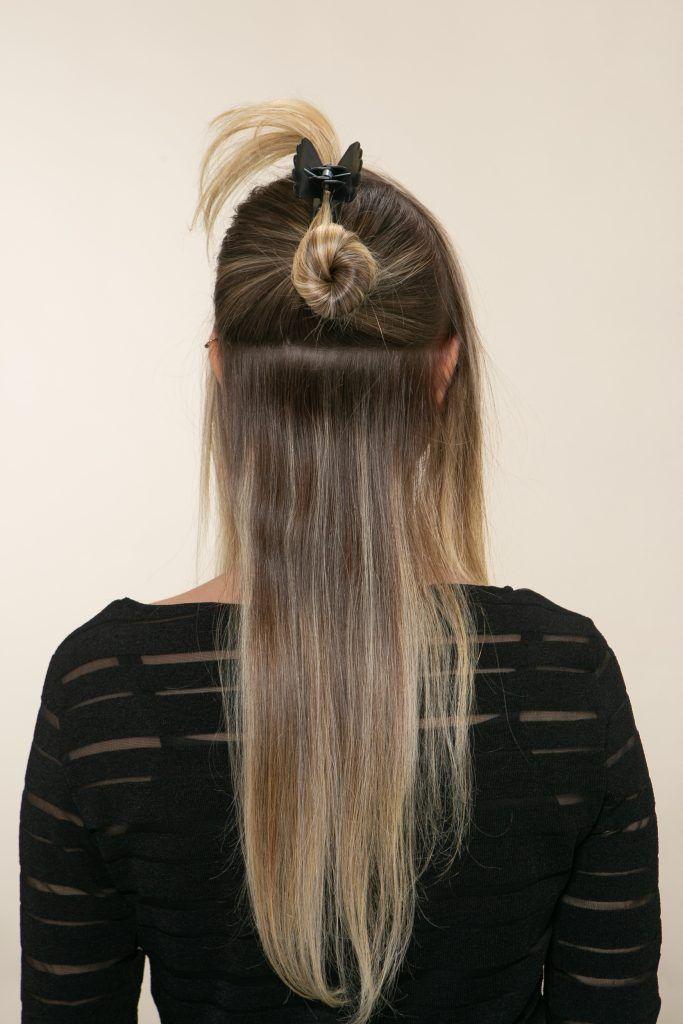 Modelo prende parte do cabelo com presilha
