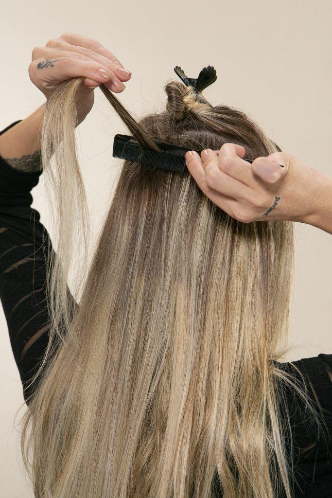 Modelo desfia mecha para colocar segunda extensão no cabelo