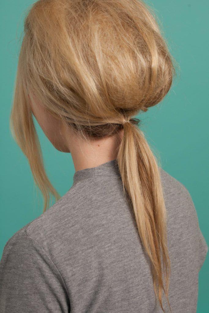 Mulher loira com cabelos estilo Brigitte Bardot