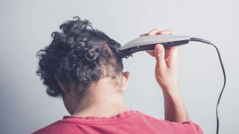 modelo cortando cabelo raspado