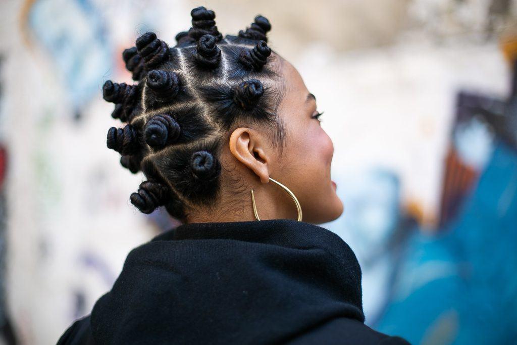 Mulher com penteado bantu knots