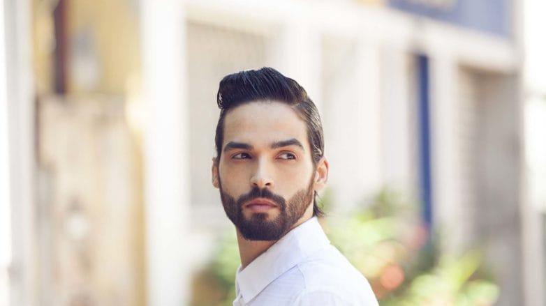 Homem com cabelos e barba pretos