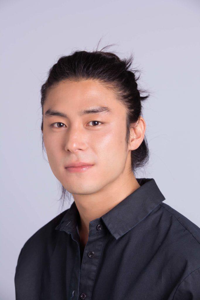 Modelo mostra pronto o resultado do tutorial sobre como fazer cabelo masculino com ondas: