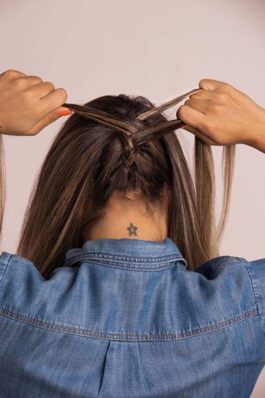Mulher com cabelos castanho-claro e trança embutida