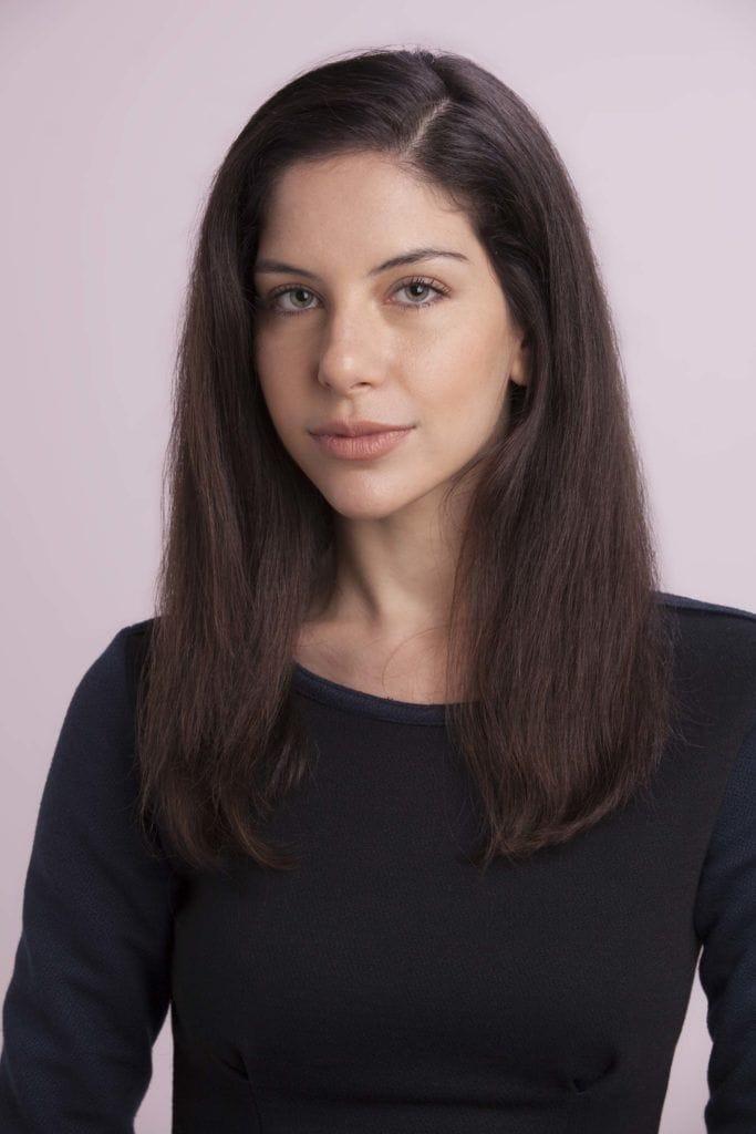 Mulher com cabelos pretos e lisos