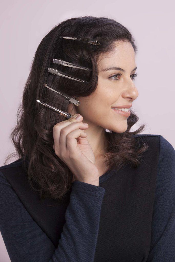 Mulher com cabelos pretos e grampos