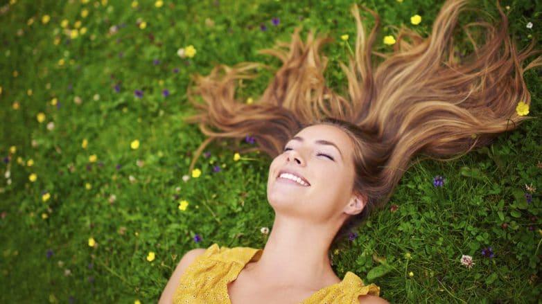 mulher deitada o chão com cabelo liso loiro
