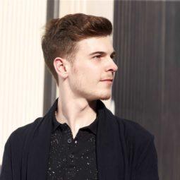 Homem com cabelos castanho-claro curtos
