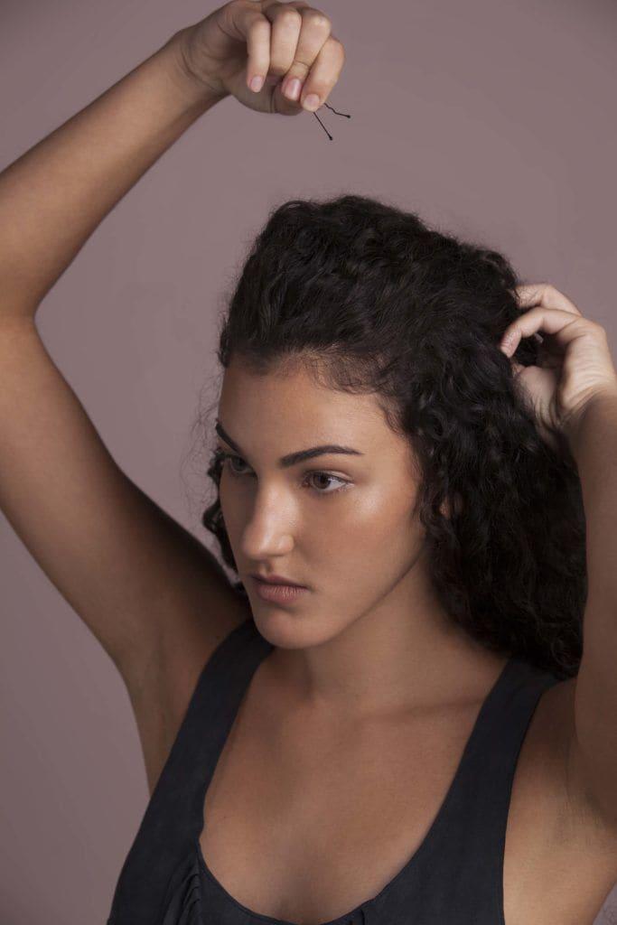 modelo de penteado fácil para cabelos cacheados passo 3