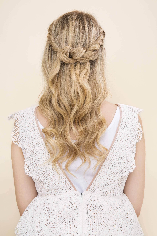Madrinha com penteado semipreso com coroa trançada