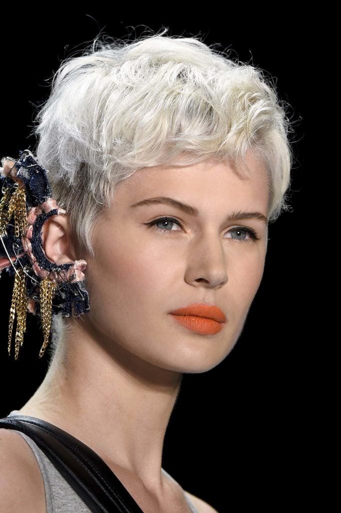 Mulher usa corte pixe, um exemplo de cortes de cabelo para dar volume