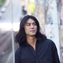 Asiático mostra resultado de como fazer ondas naturais em cabelo masculino