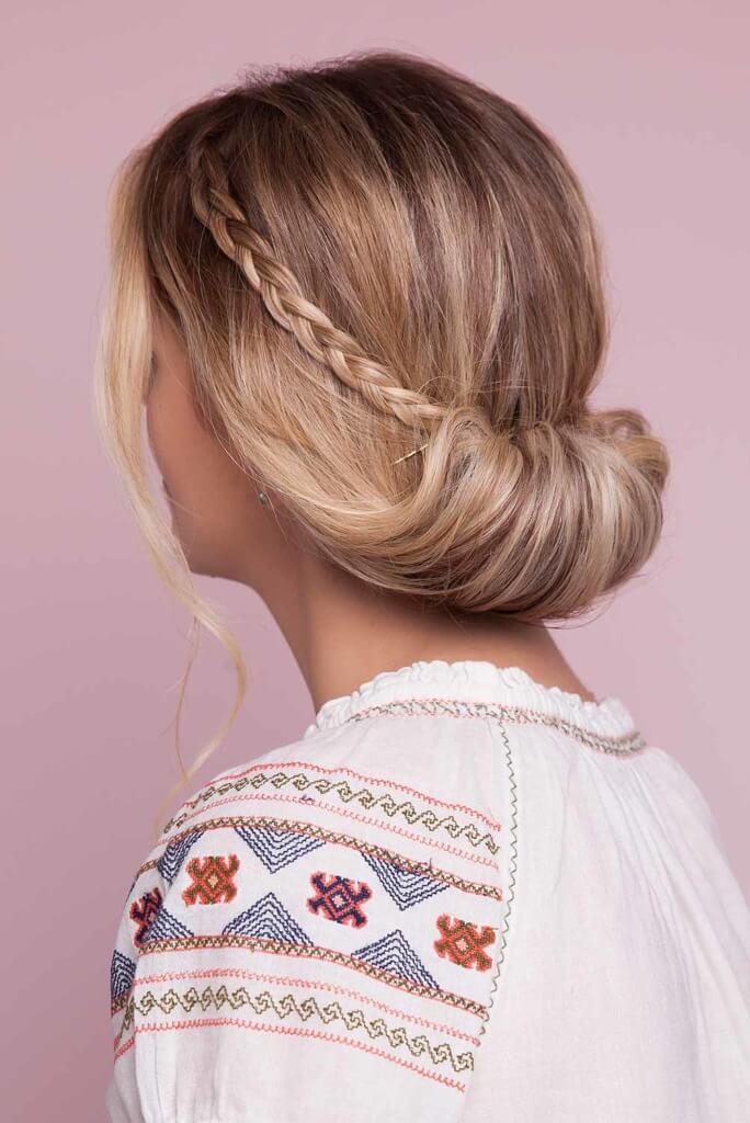 Coque baixo com coroa de trança: modelo com cabelo pronto.