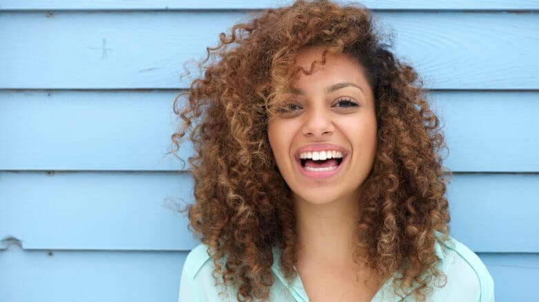 Corte bordado em cabelo cacheado: vantagens e desvantagens.