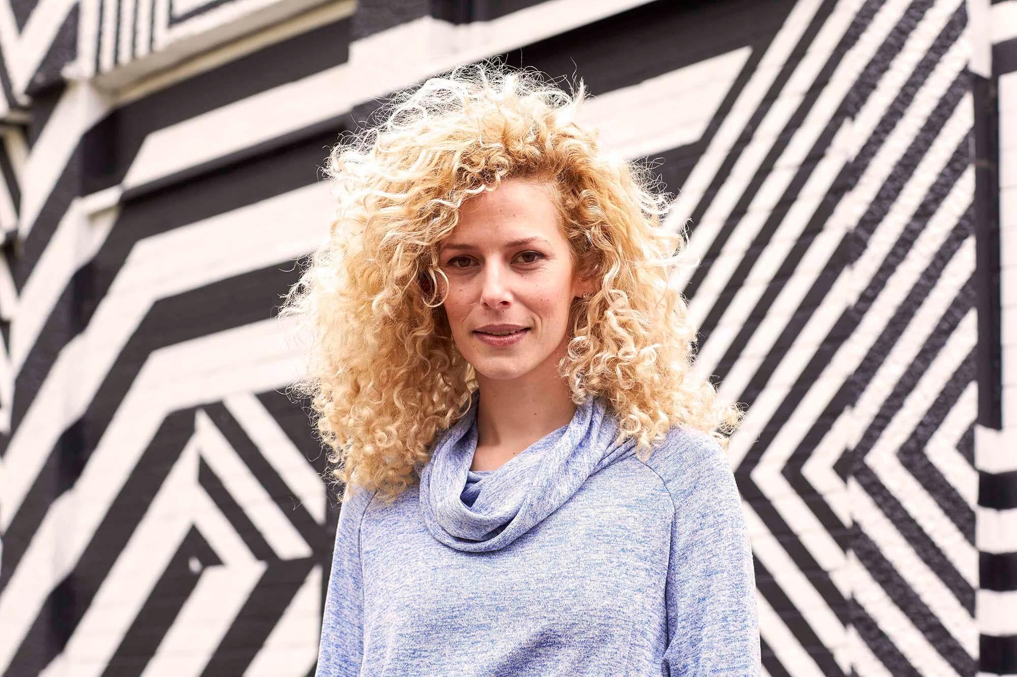 pentear cabelo cacheado: modelo com cabelo loiro cacheado