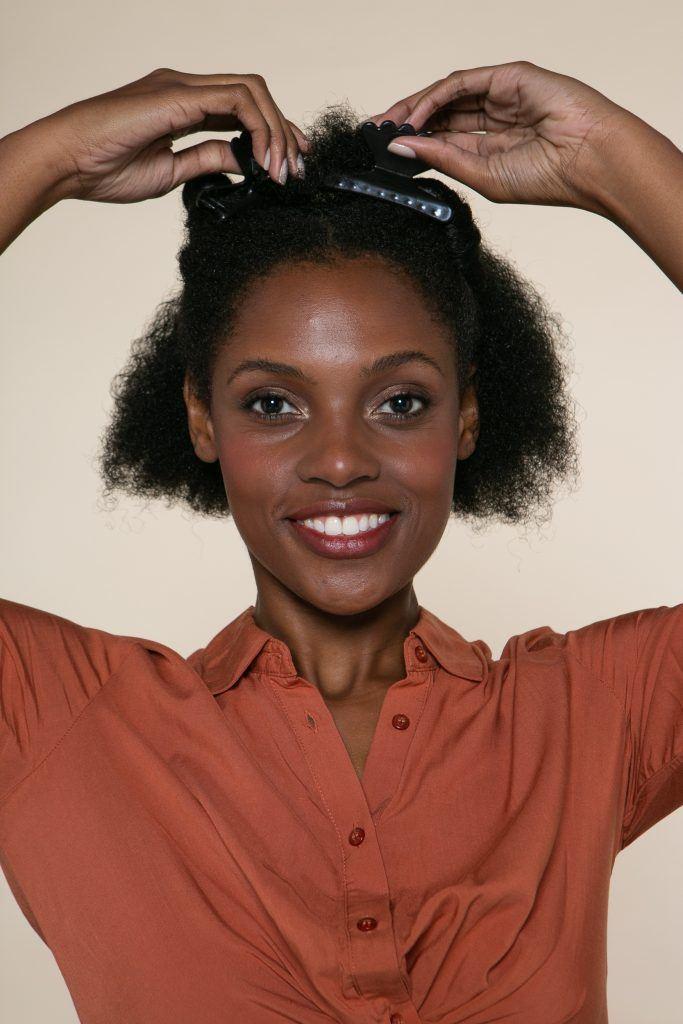 Modelo prendendo os cabelos