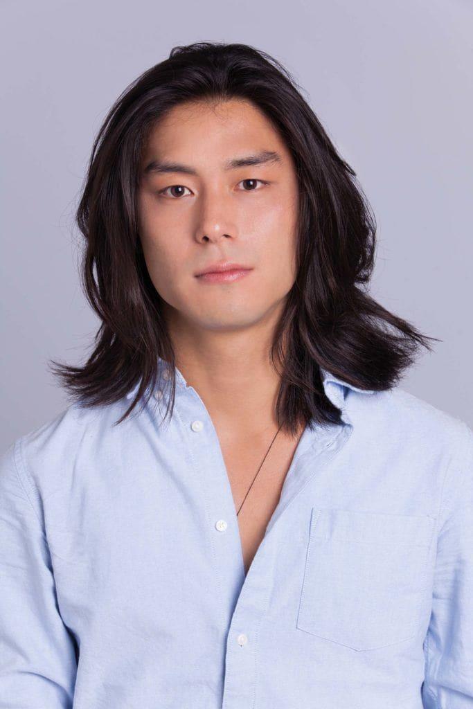 Homem com cabelos pretos e longos
