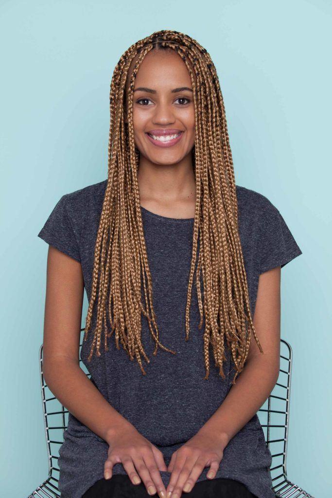 mulher usa box braids, blusa az como fazer uma franja com nó duplo em cabelo trançadoul marinho e ensina