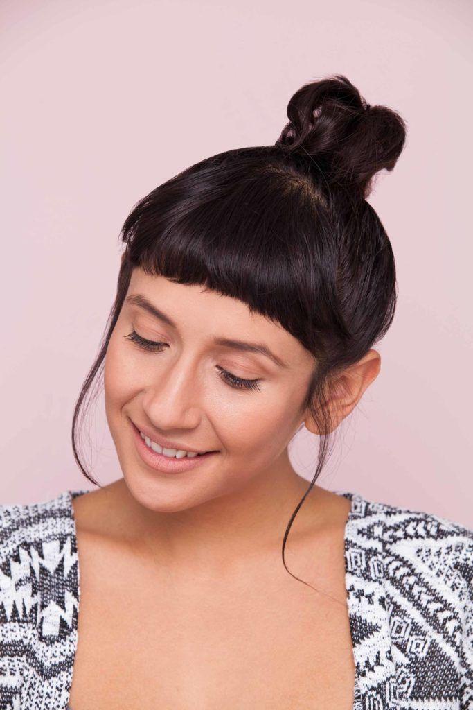 Mulher de cabelos pretos com coque