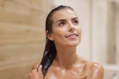 Mulher lavando os cabelos