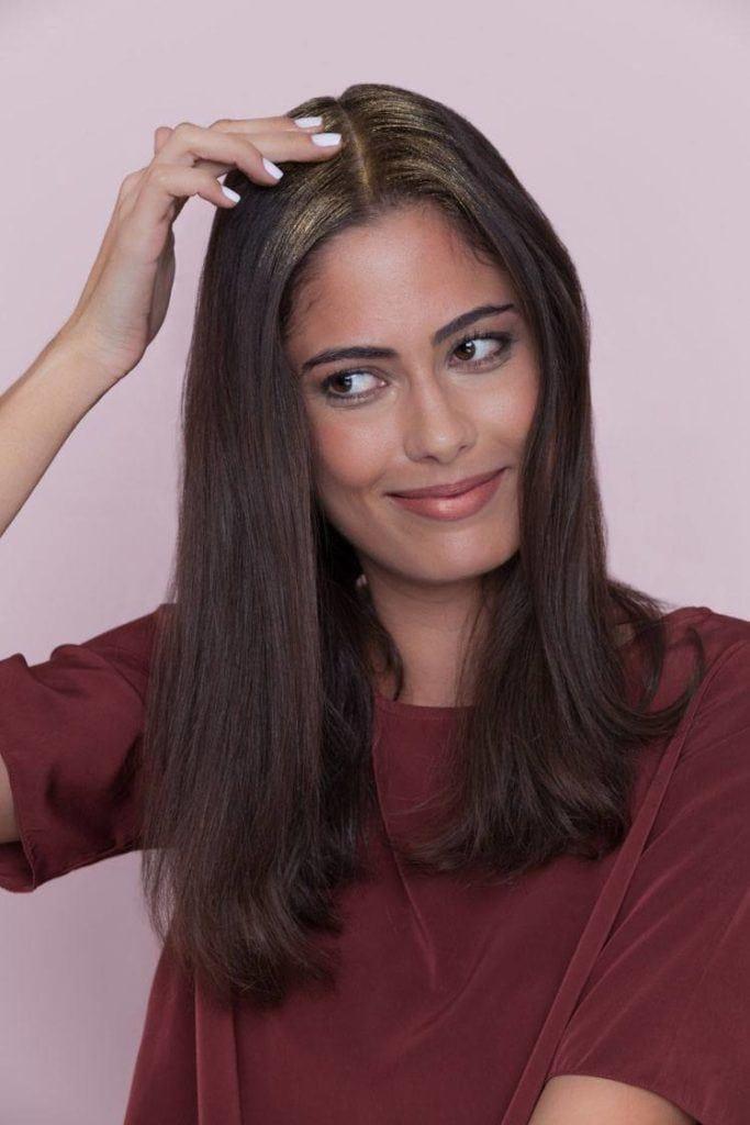 Mulher com cabelos pretos, lisos e compridos