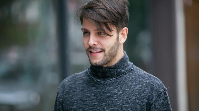 Homem usa cabelo masculino curto com franja de lado solta