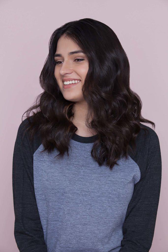 Mulher com cabelos pretos ondulados