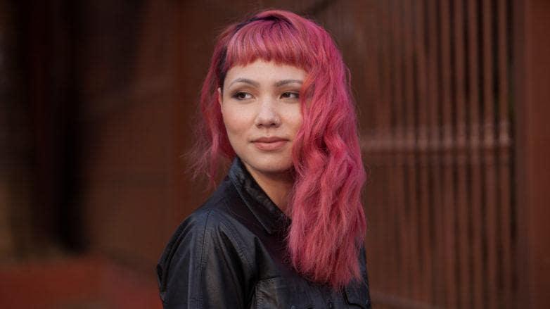 cabelo pintado com papel crepom cor-de-rosa