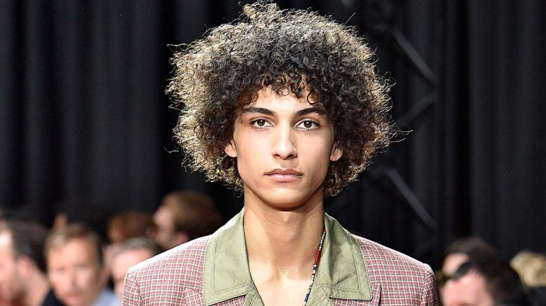 modelo com cabelo crespo curto: produtos para cabelos crespos masculinos