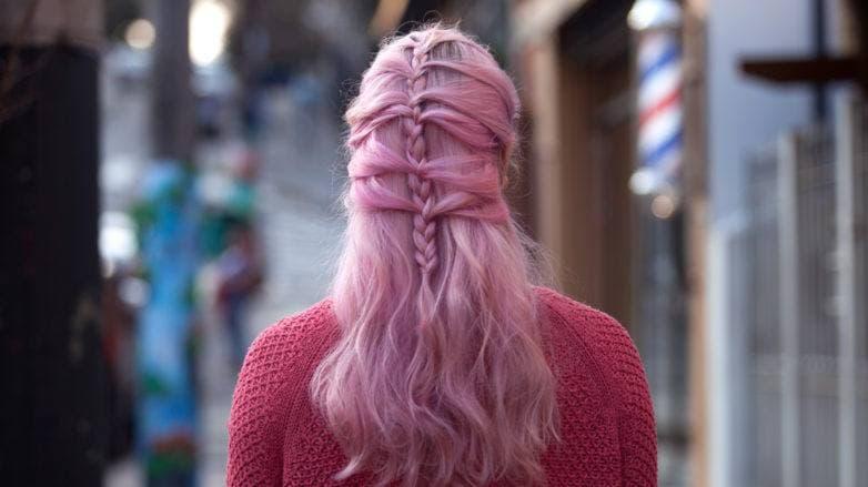 Mulher com cabelos cor-de-rosa com trança escama de peixe